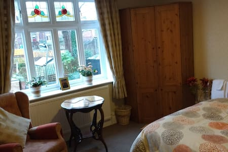 Charming Edwardian home double room - Sheffield