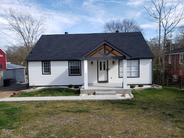 New! Clean! 8 Bed +12ppl! East Nashville Retreat!