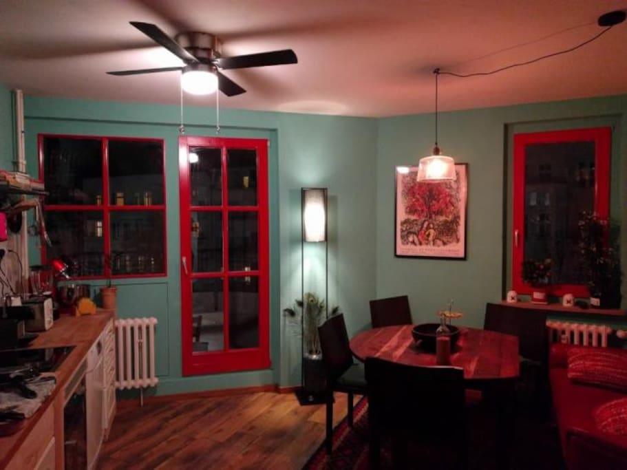 Küche; Tür zum kl. Balkon