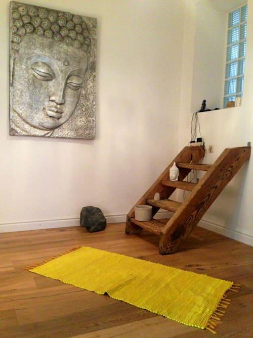 Eine alte Treppe wurde kurzerhand an die Wand geschraubt und dient nun als Regal bzw. Sitzplatz im Flur.