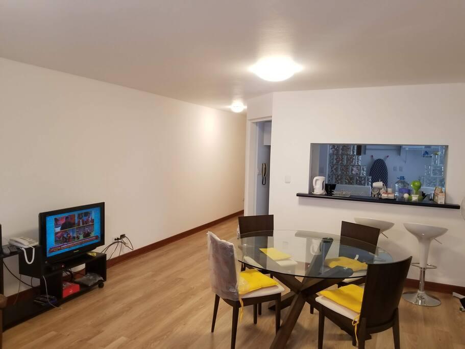 Amplio apartamento de 3 dormitorios de 120m2 con Internet de Alta Velocidad y Cable. Una de las habitaciones ha sido habilitado como un escritorio para trabajar.