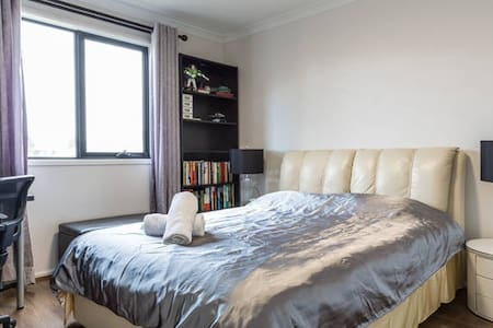 sunny room with genuine Leather queen bed - Keysborough - Haus