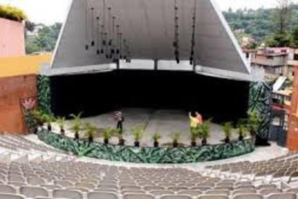 Anfiteatro donde se realizan con frecuencia actividades culturales , musicales y festivales de jazz
