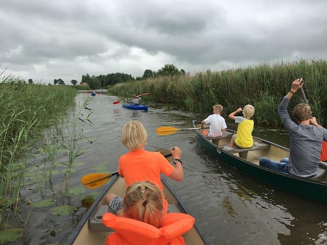 Met de kano's en kayaks naar Kollum