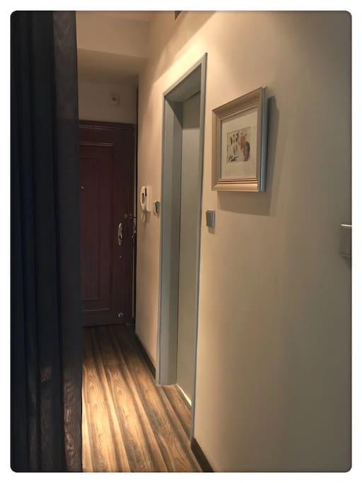 """""""静思阁""""主人自制的小画,在入室走廊悬挂。"""