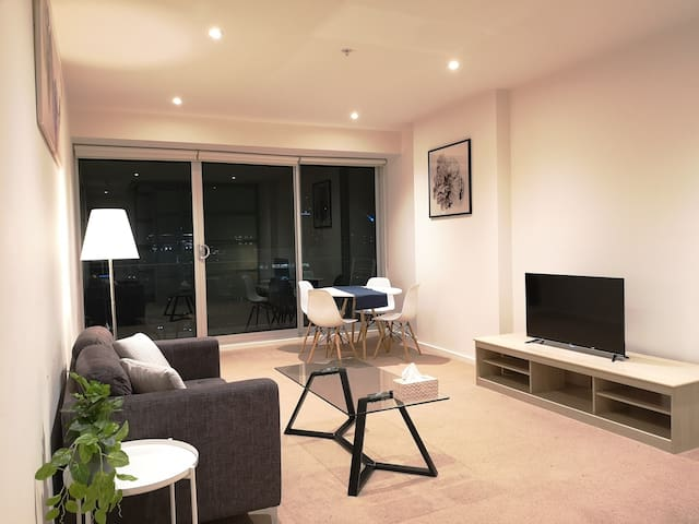 CBD High Level 1-bedroom Apartment Square View #3