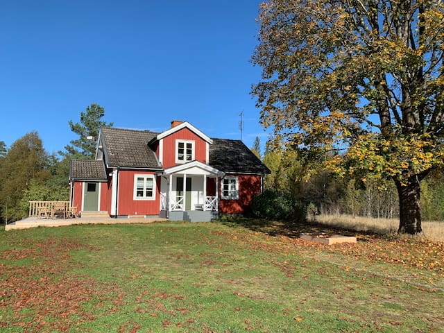 Nyrenoverat hus med närhet till skog och sjöar.