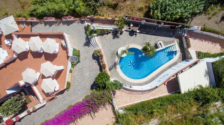 带游泳池和室外空间的全景别墅