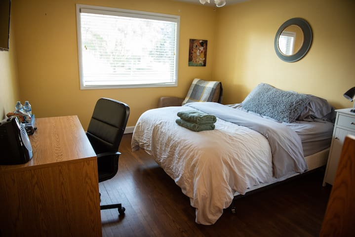 Private Room in Central Leth for long term guests