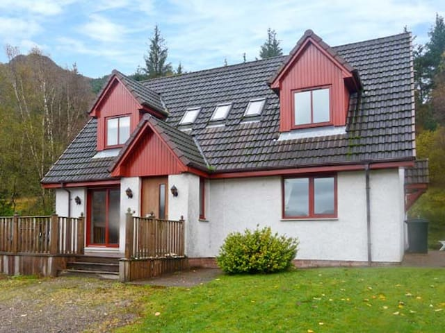 SILVER BIRCH LODGE, pet friendly, with a garden in Dornie, Ref 28024