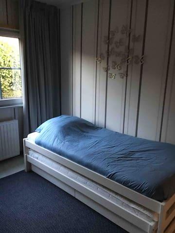 Schlafzimmer mit 2Einzelbetten untereinander geschoben. Durch dieses Zimmer kommt mann im Schlafzimmer mit Doppelbett.