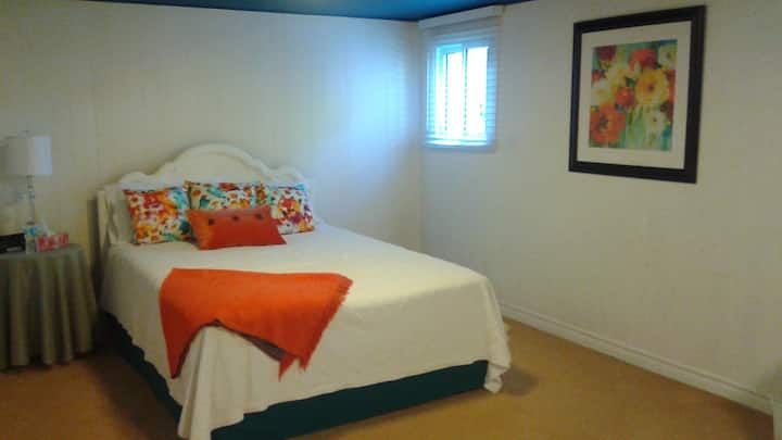 Immaculate queen bedroom in Chatham