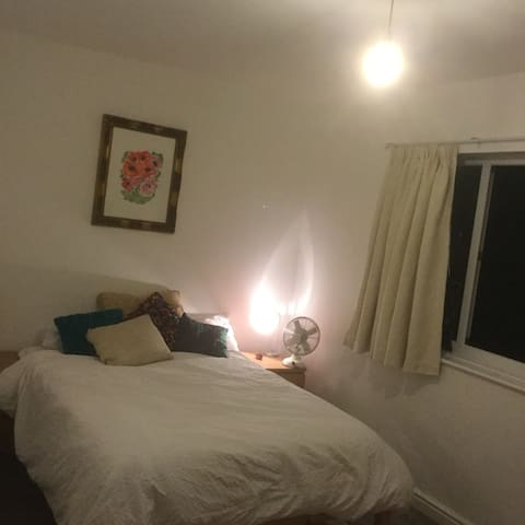 Large double bedroom, near the city centre. - Stretford - Hus