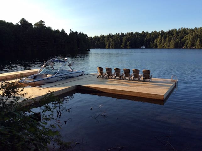 Lake Joseph cottage with the conveniences of home - MacTier - Houten huisje