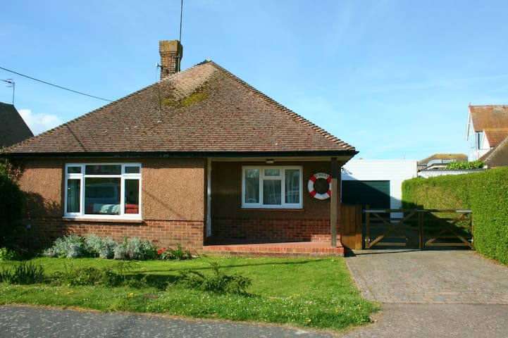 3 bed bungalow 2 mins to the beach - dogs welcome