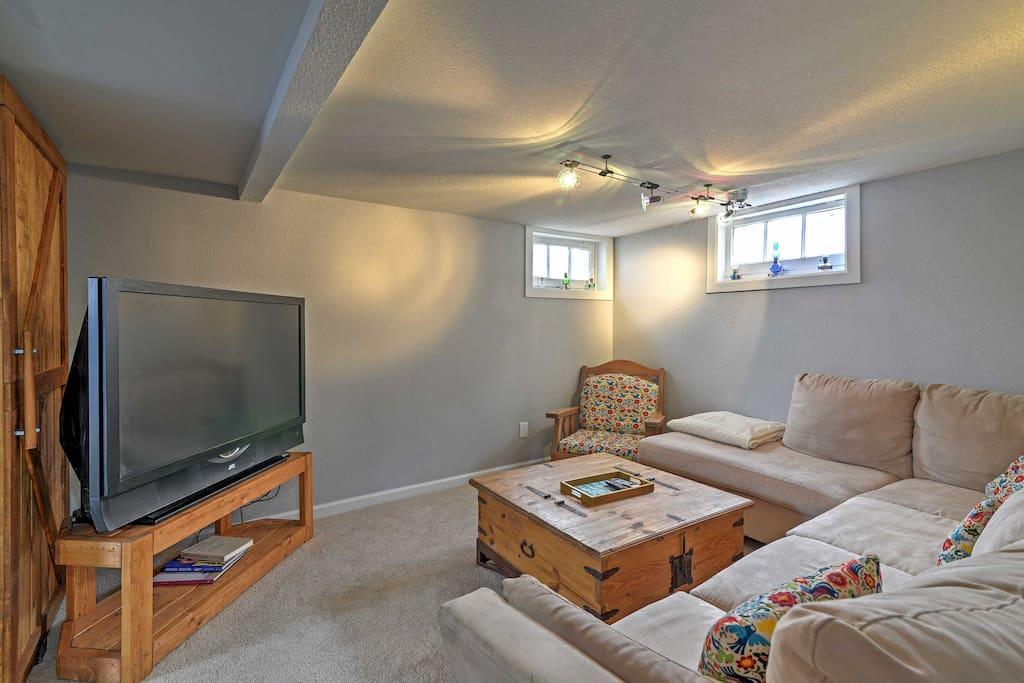 Living Room w/ Bigscreen & Roku