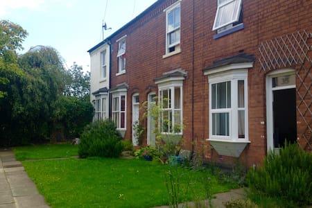 Bright room in charming quiet terrace near centre - Birmingham - House