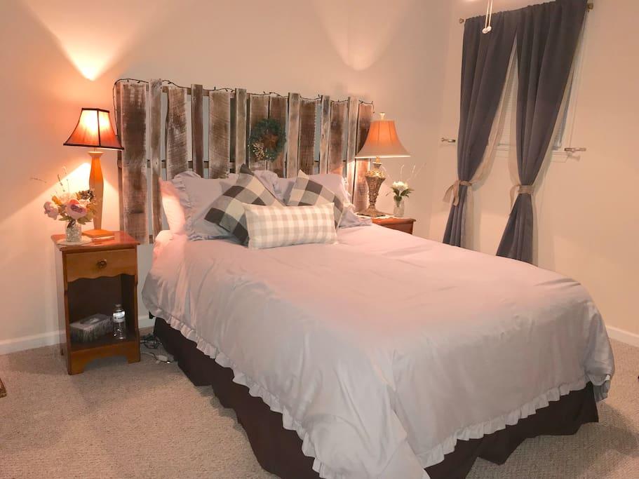 Hatton Ferry Hideaway Master Bedroom with Queen Bed, Dresser, Desk
