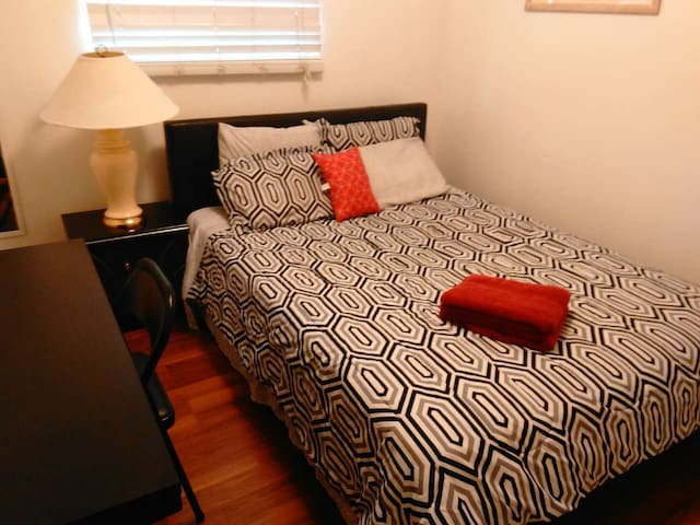 comfy guest room on the second floor - Rowland Heights - Hus