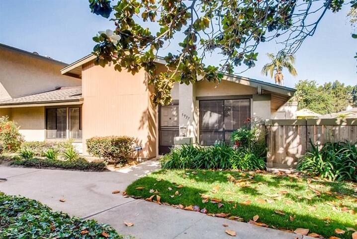Cozy townhome near shopping and entertainment!