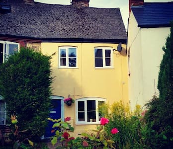 Charming Centrally Located Cottage - Stonehouse