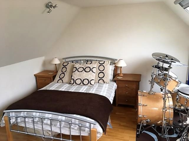 Private en suite double bed annex above our garage - Meysey Hampton - Daire
