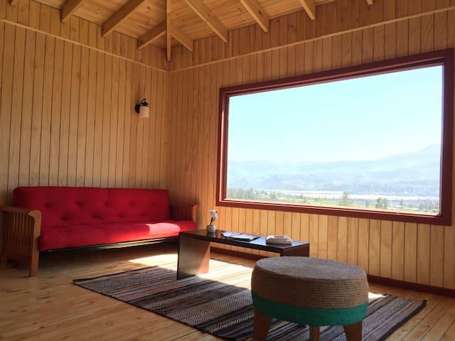 Acogedor living con un gran ventanal y excelente vista