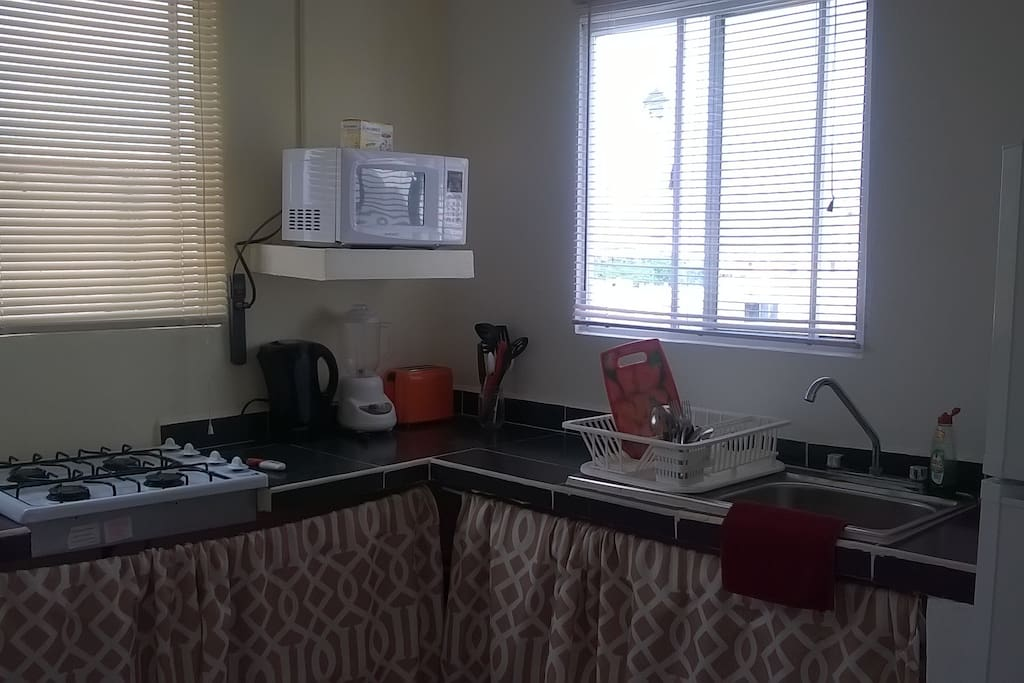 Cocina completa... refirgerador, estufa, platos, sartenes, vasos, microondas,