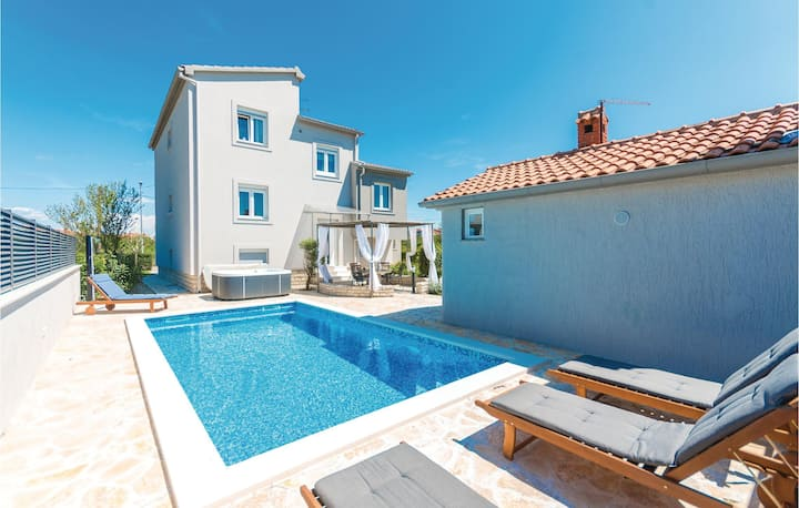 Stunning home in Zadar with Jacuzzi, WiFi and 2 Bedrooms