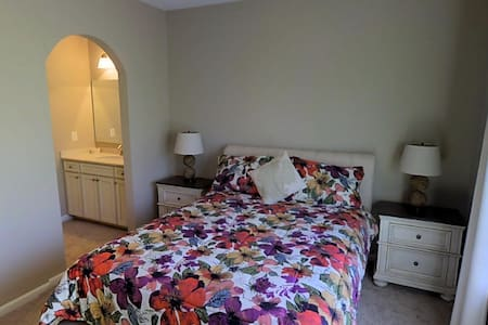 Queen Size Bed in Modern Home w/pool and tennis - Sugar Hill