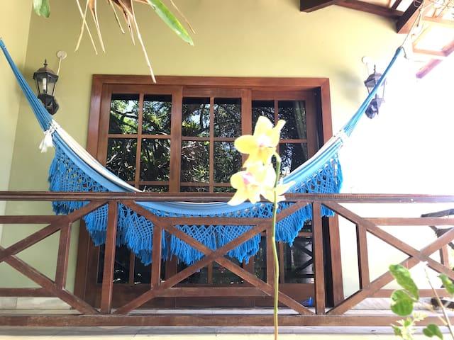 Curti sua rede com vista ao jardim flores o verde da natureza e os pássaros cantando na sua varanda! Energia pura!