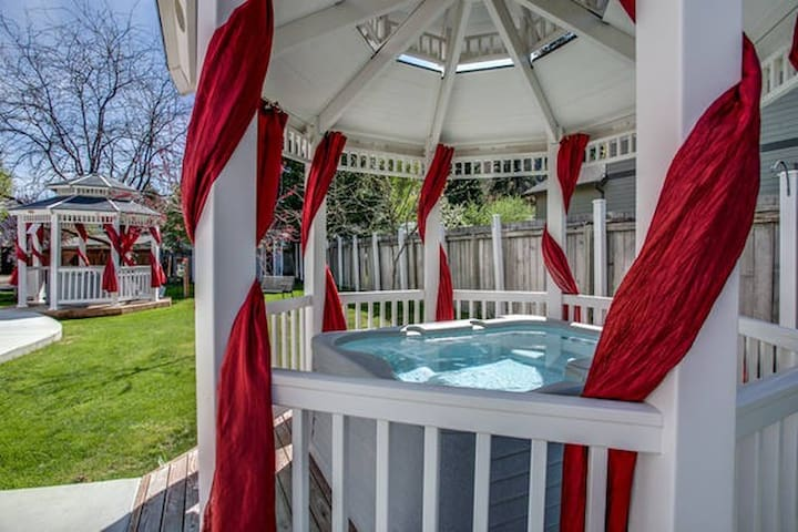 In-town w/ Hot Tub - Austrian Room - Leavenworth - House