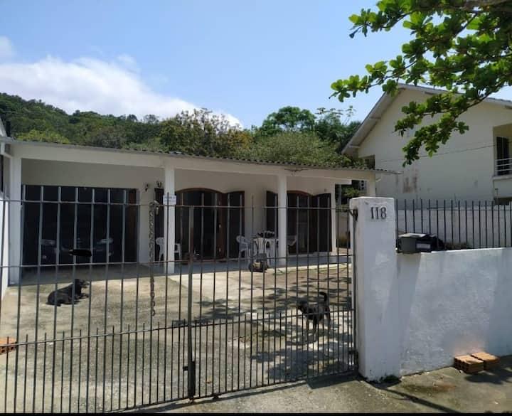 Casa na Praia dos Amores a 550m da Praia Brava