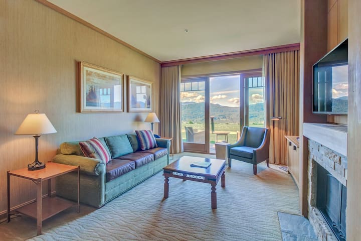 Pair of modern condos w/ beautiful views of the Cascades!