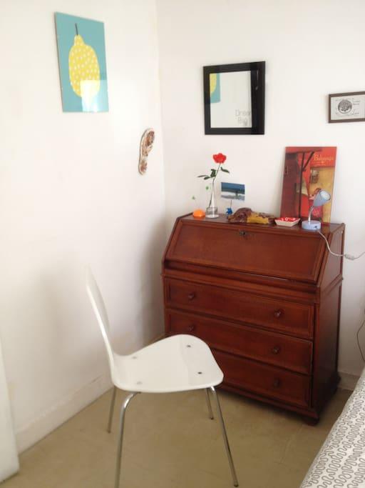 La chambre : coin bureau pour travailler et tiroirs de rangement