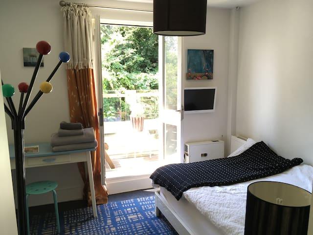 North Kensington – Balcony Room