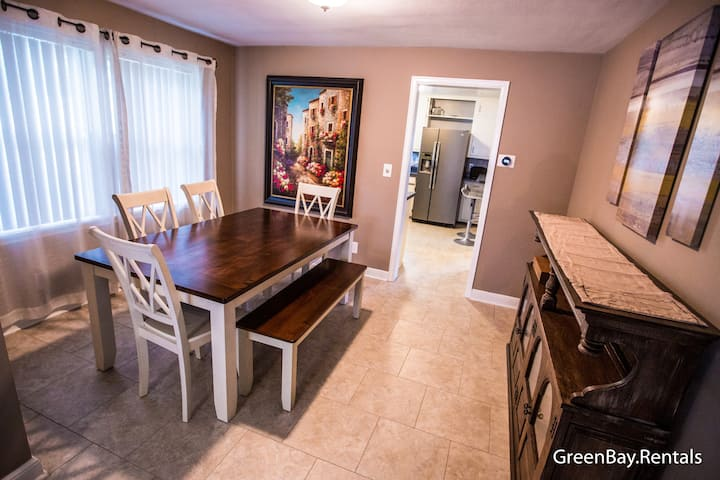 ☀️ Family Friendly, 5 LARGE Rooms, Hot Tub: 9 Beds