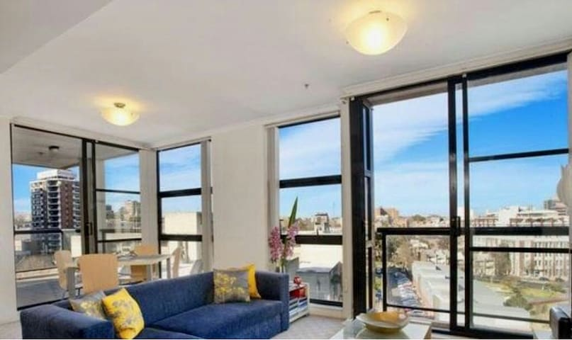 SENSATIONAL! MODERN APT + STUNNING CITY/PARK VIEWS