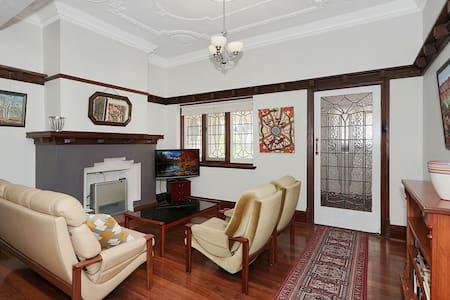 Riverside Deco Delight - Mount Lawley - House