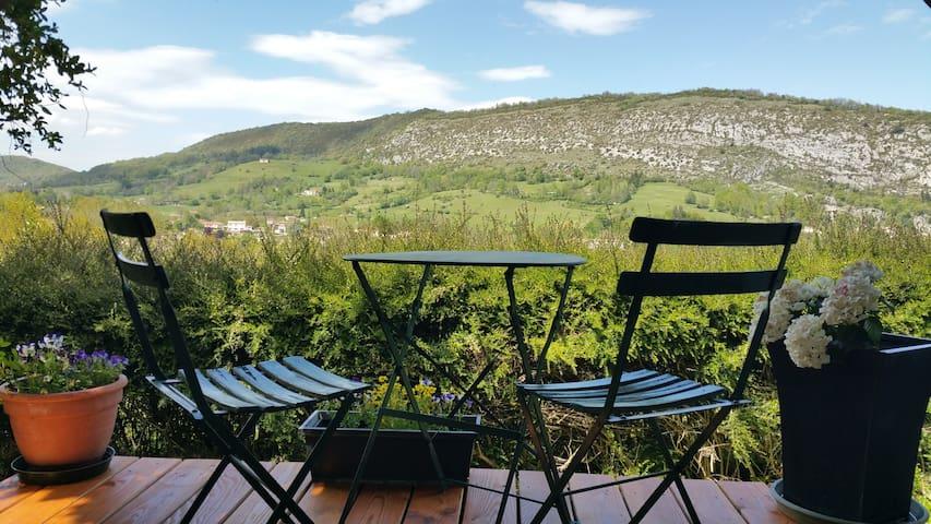 Calme et entouré de montagnes - Foix