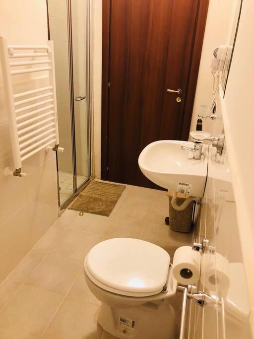 Bagno in camera matrimoniale con doccia, set biancheria, asciugacapelli e kit cortesia
