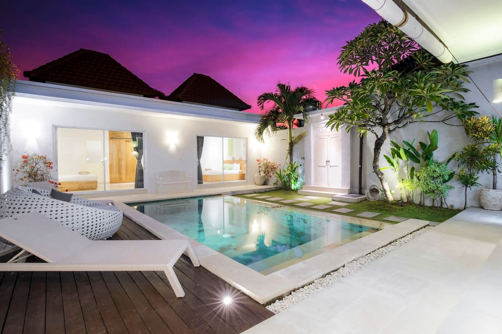 villa Angela by night: pool and 2 bedrooms