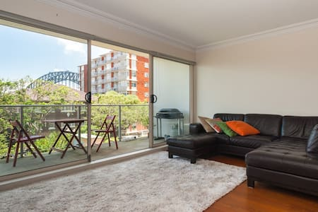 Spacious and Tranquil Apartment with Harbour Views - Kirribilli