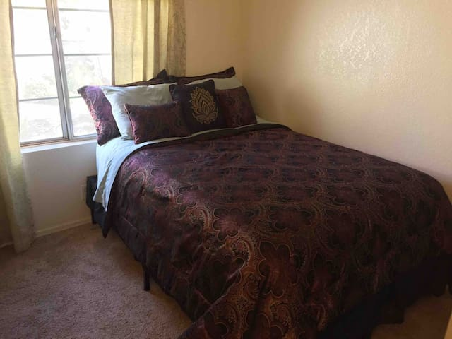 Confortable Queen bed with extra pillows