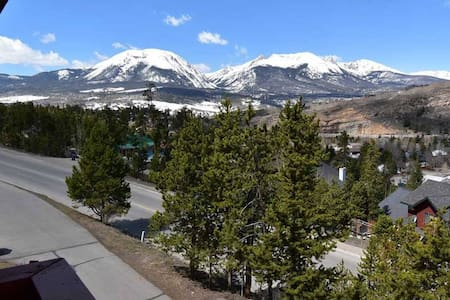 Beautifully Remodeled Condo with Mountain Views!