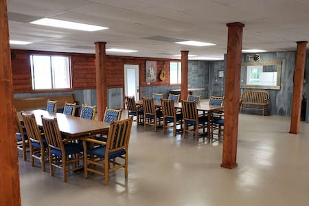 Family Reunion Headquarters!!! River Retreat. Sleeps Up To 50. Large Great Family Room.
