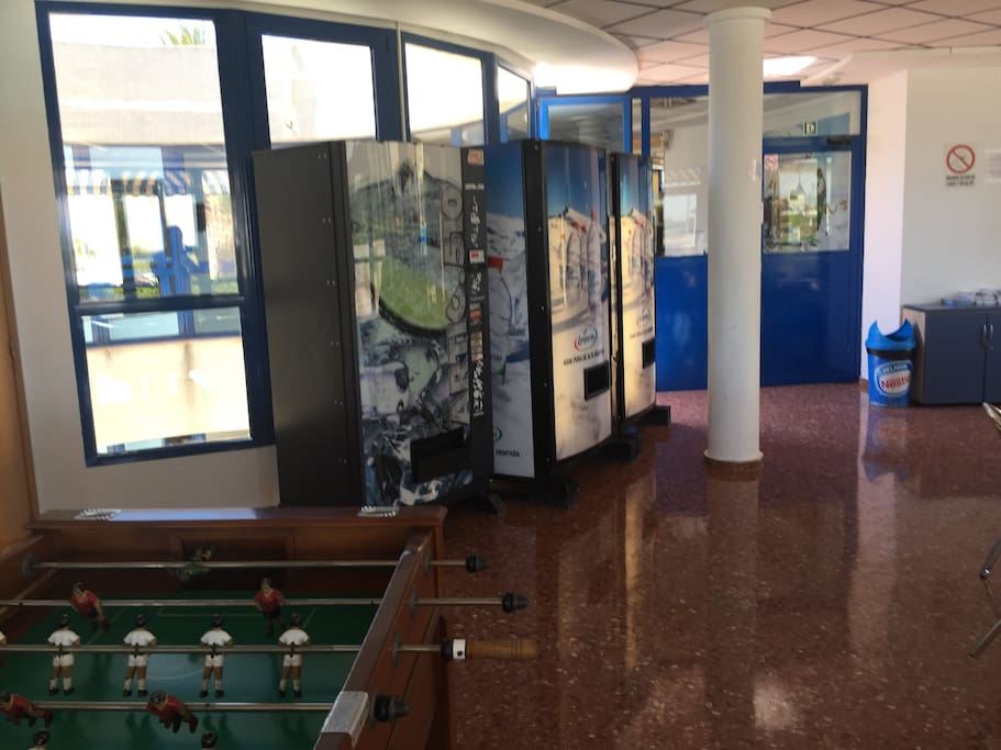 club social con máquinas, billar, futbolin y juegos de mesa y wifi
