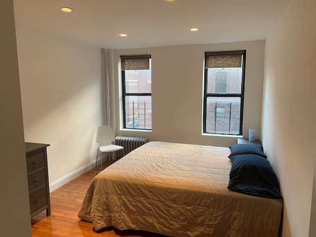 Lovely Spacious King Size Bedroom in Manhattan