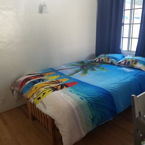 6 blocks from Beach - Sunny upstairs guest house