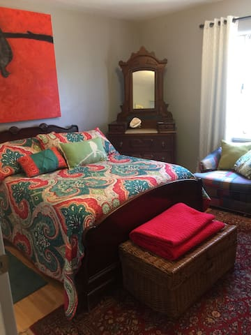 Cozy guest room in an artist's home - Santa Fe - House